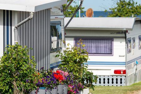 Weg an den Dauerplätzen mit Wohnwagen