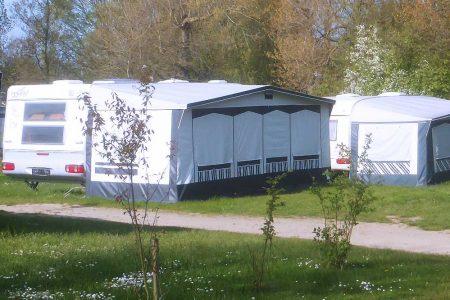 Mietwohnwagen auf Rasen mit Vorzelt