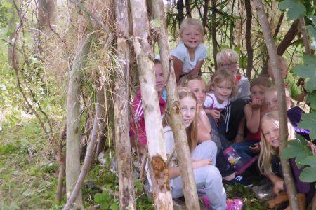 Kinder in Höhle im Abenteuerwald