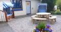Bereich vor der Bücherstube mit Strandkörben und Sitzecke