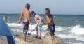 Kinder buddeln am Ostseestrand